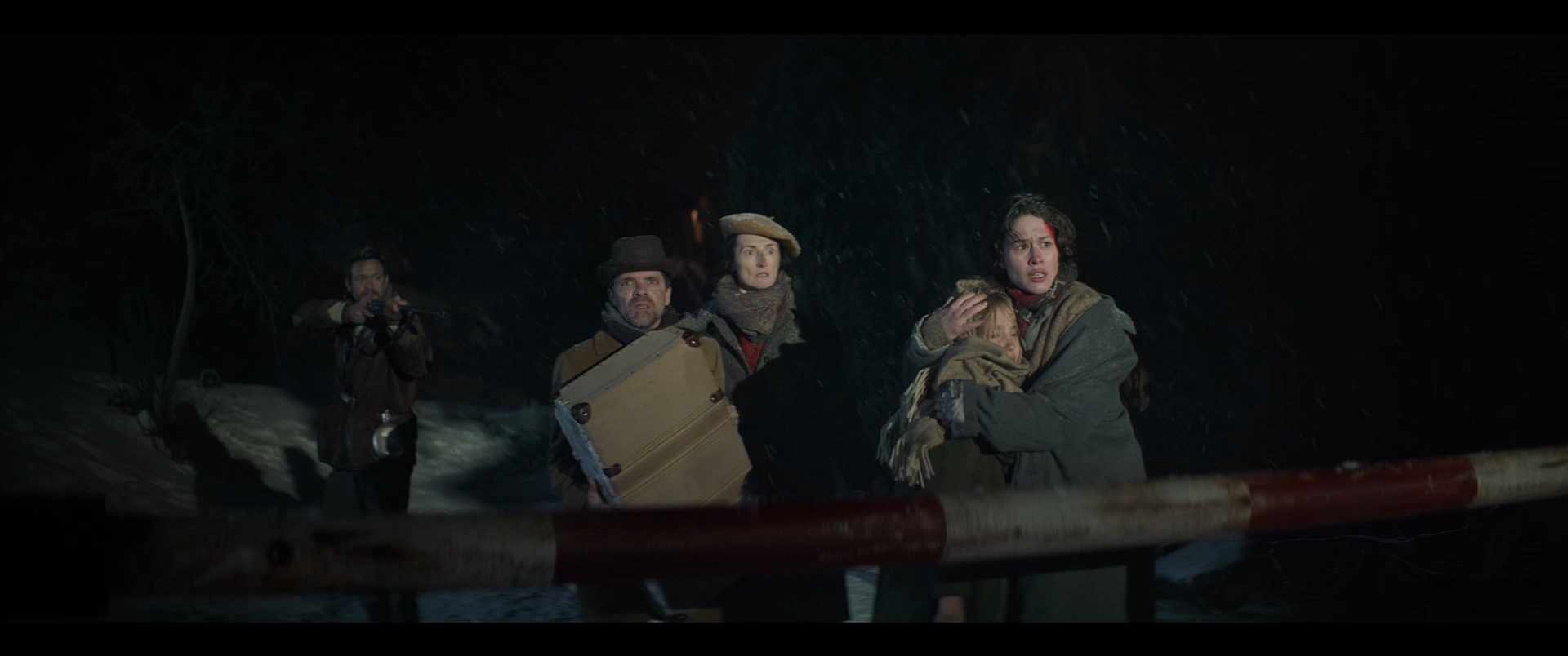 Aida Folch, en el paper de la fugitiva Maria, a punt de tastar el gust de la traïció: atenció a Isak Férriz, al fons.