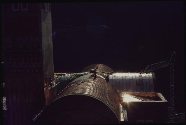 1975: dos operaris col·loquen els problemàtics panells de coure a la teulada del santuari; l'aigua de la neu es filtra per les juntures i provoca goteres que requereixen un manteniment constant.