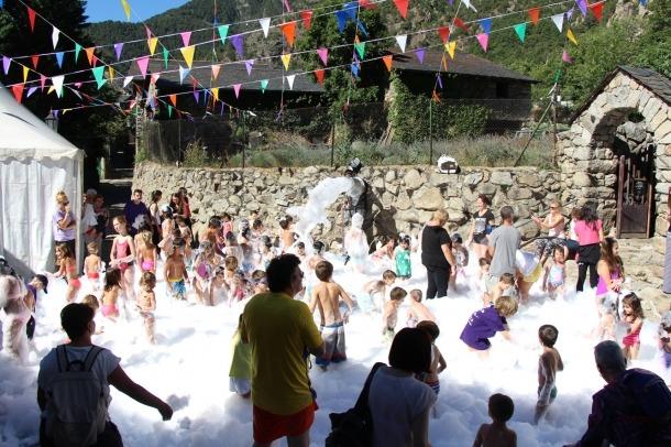 Desenes d'infants gaudeixen de la festa de l'escuma de Santa Coloma