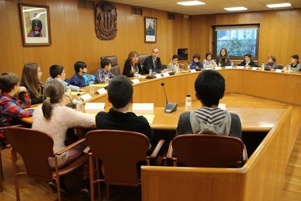 La capital constitueix el Consell d'Infants denunciant la presència d'excrements a la via pública