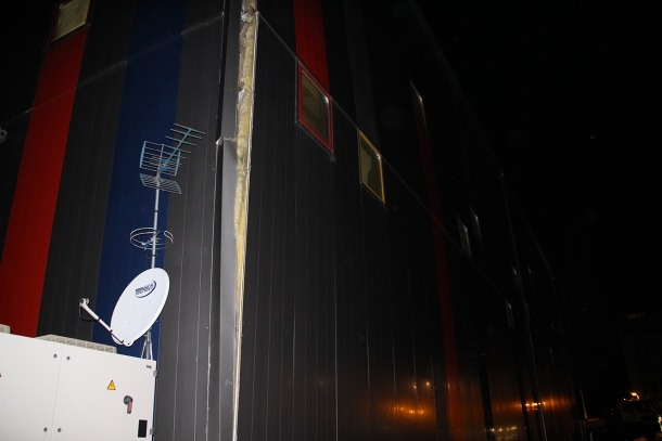 Un centenar de joves futbolistes evacuats per perill de caiguda d'una paret a Santa Coloma