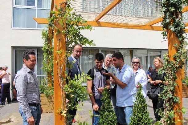 La nova col·laboració entre l'escola de Meritxell i el Cos de Voluntaris per la Natura dona com a resultat una pèrgola a un pati del centre