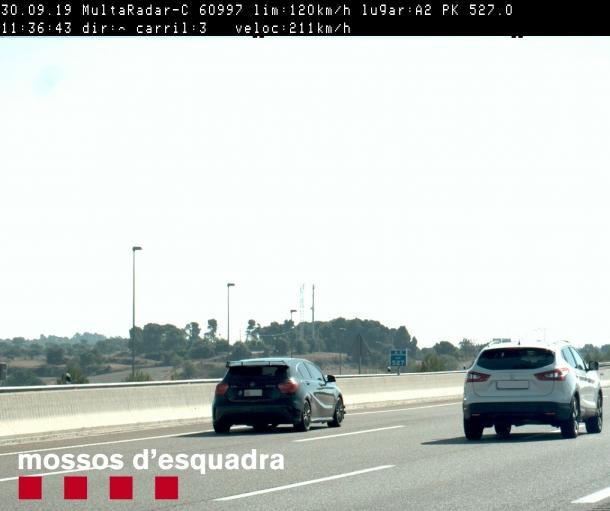 El cotxe denunciat fotografiat pels mossos d'esquadra.