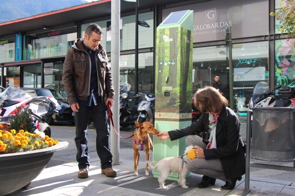 Andorra la Vella inicia una prova pilot perquè els gossos orinin en uns tòtems que atreuen els animals
