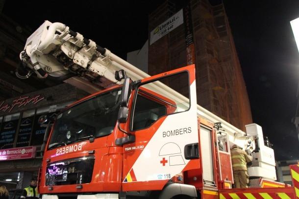 Els bombers extingeixen un petit incendi en una façana en obres del carrer Doctor Nequi