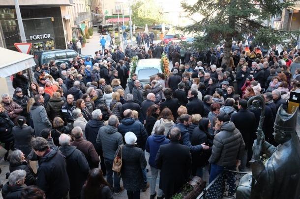Centenars de persones han assistit al funeral de Rosa Ferrer aquest dilluns a la tarda.