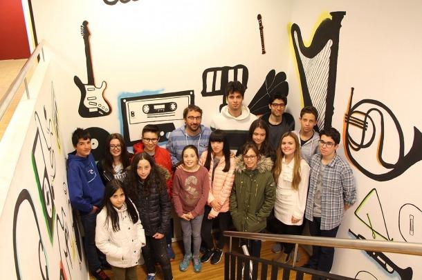 Alguns dels alumnes de teoria musical i el professor, Toni Gibert.