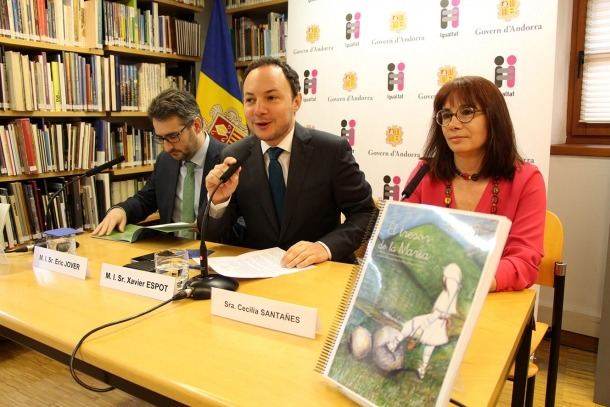 Eric Jover, Xavier Espot i Cecília Santañes durant la presentació del conte.