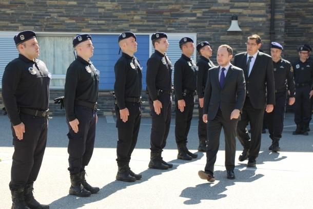 ANA/ El ministre d'Afers Socials, Justícia i Interior, Xavier Espot, passant revista als set agents del curs de formació inicial penitenciària.