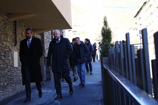 El cònsol major, Jordi Torres, i el ministre d'Ordenament Territorial, Jordi Torres, passegen pel tram inaugurat el passat novembre.