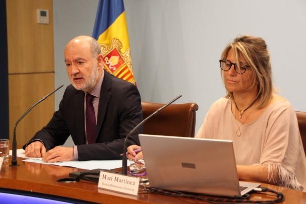 El director d'Ordenament Territorial, Manel Riera, i la tècnica del departament, Meri Martínez, durant la presentació de les propostes acceptades.