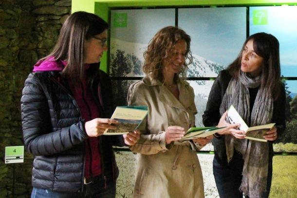 La directora del pla de gestió de la Vall del Madriu-Perafita-Claror, Susana Simon; la ministra de Medi Ambient, Agricultura i Sostenibilitat, Sílvia Calvó, i la cònsol menor d'Ordino, Gemma Riba.