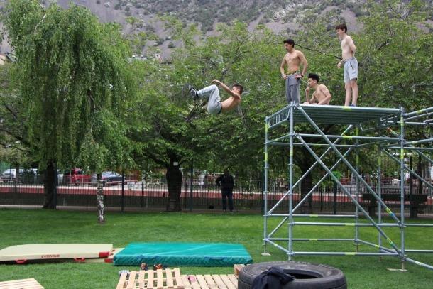 Uns joves practiquen 'parkour' al Parc Central.