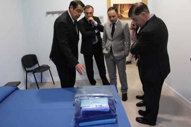 Un moment de la visita de les autoritats a les instal·lacions de les comunicacions íntimes del centre penitenciari de la Comella.