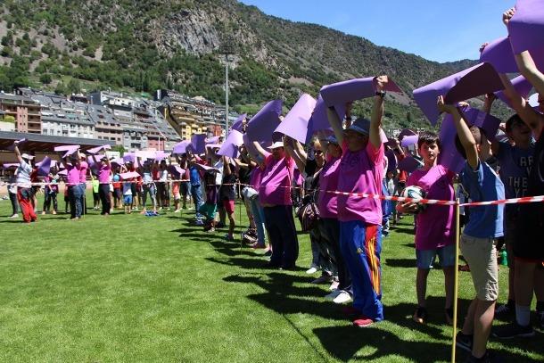 El llaç lila gegant que han aconseguit configurar els participants a les '12 hores d'esport Vall Banc contra el càncer'.