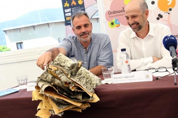 Albert Roig, de l'associació de Fallaires d'Andorra, i Xavier Herver, conseller d'Administració, Comunicació, Comerç i Dinamització del comú d'Ordino, mostren la falla tradicional que es cremarà per la revetlla de Sant Pere.