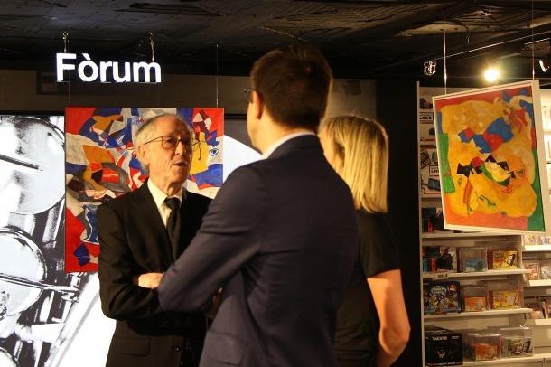 Rollán conversa amb assistents a la inauguració de la mostra de Pyrénées.