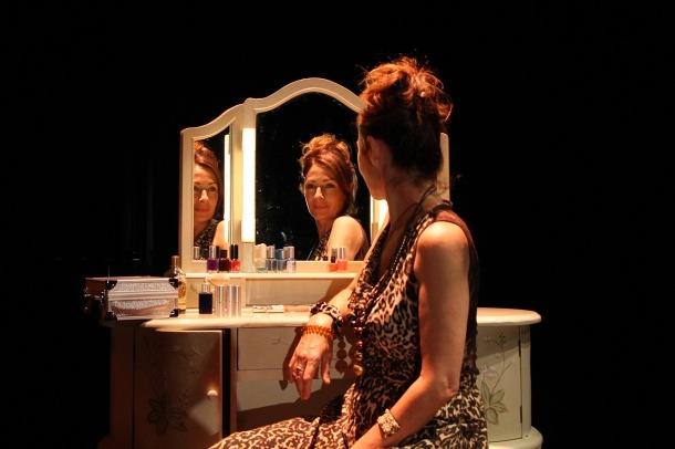 Maria Lanau, dalt l'escenari on s'estrena aquest dimarts 'Muda'.