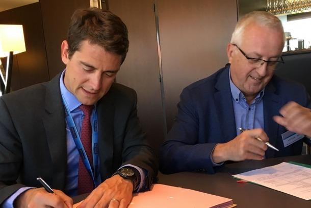 El director general de Navblue, Thomas Lagaillarde, i el president de la Cambra de Comerç, Miquel Armengol signen l'acord per a l'estudi de viabilitat de l'aeroport.