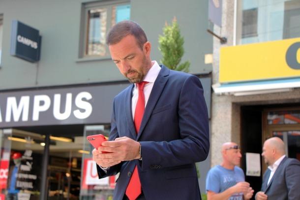 El ministre d'Ordenament Teritorial, Jordi Torres, prova la nova xarxa d'Andorra wifi al Pas de la Casa.