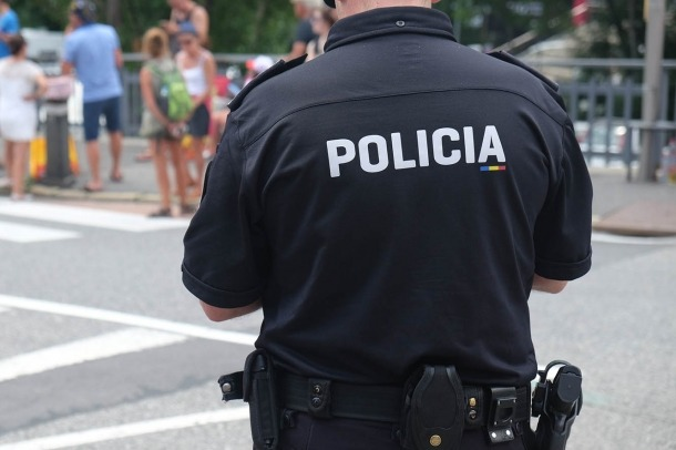 Un agent de la policia.