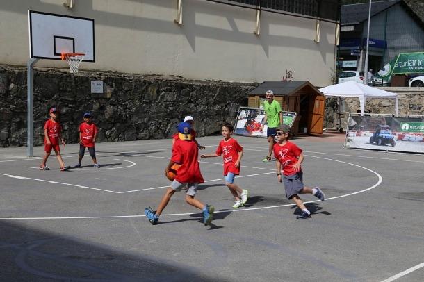 Infants prenent part a les activitats de Sant Julià de Lòria.