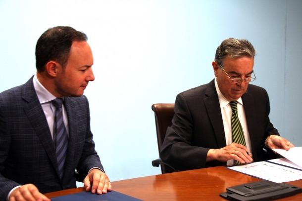El ministre d'Afers Socials, Justícia i Interior, Xavier Espot, i el president de Càritas Andorrana, Amadeu Rocamora signen el conveni.