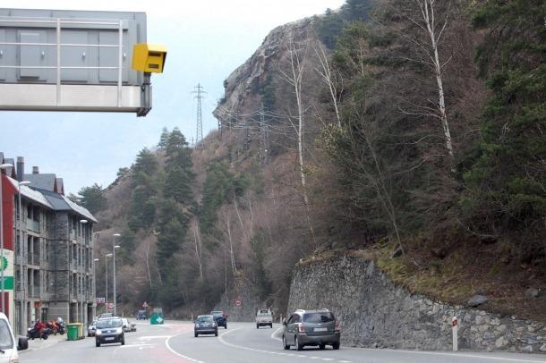 Vehicles circulant a una carretera amb radar.