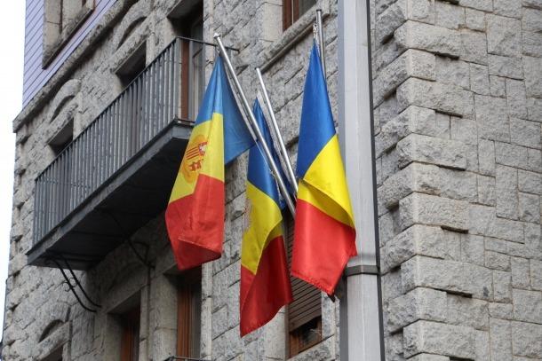 Banderes col·locades a la façana d'un edifici.