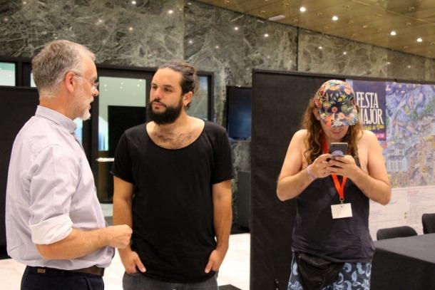 El baixista d'Itaca Band, Kel Sangüesa, i el cantant de Buhos, Guillem Solé, junt amb el conseller de Cultura Josep Roig.