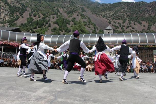 Un moment del ball del Contrapàs a la plaça del Poble.