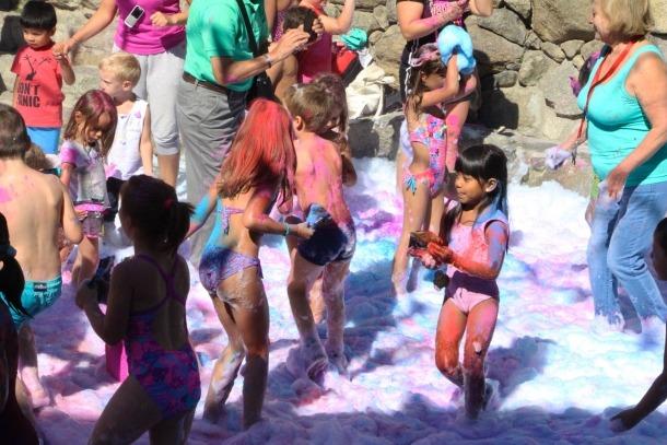 Festa de l'escuma i Holi party a la festa major de Santa Coloma.