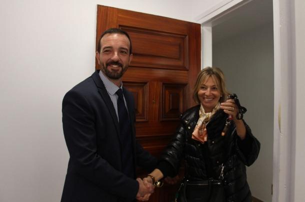 El ministre d'Ordenament Territorial, Jordi Torres, i la secretària d'Estat d'Afers Socials i Ocupació, Ester Fenoll, durant la inauguració d'un pis social ubicat a Encamp.