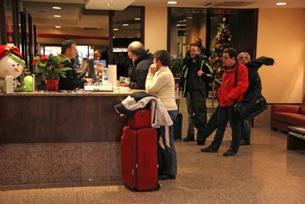 Turistes a la recepció d'un hotel d'Andorra la Vella.