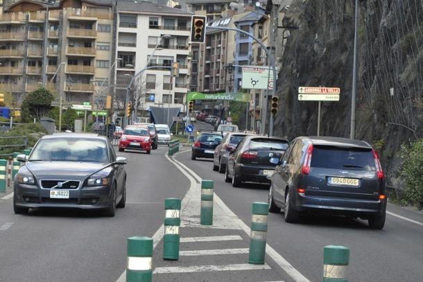 Trànsit dens a la CG1, a l'entrada de Sant Julià.