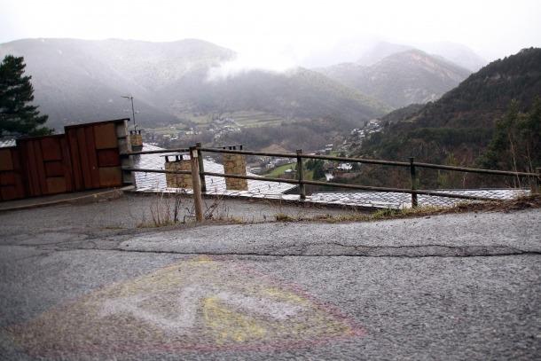 El camí de la Gonarda, prop de la zona on s'ha de fer l'ETR, i on hi ha una pintada contrària a la infraestructura.