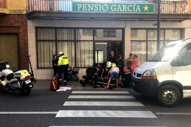 Els serveis d'emergències atenen el ferit al lloc dels fets.