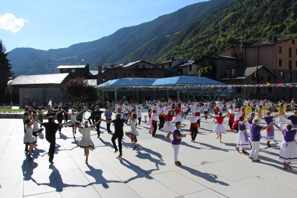 La plaça dels Arinsols s'ha emplenat amb més de 100 dansaries que han desafiat la calor.
