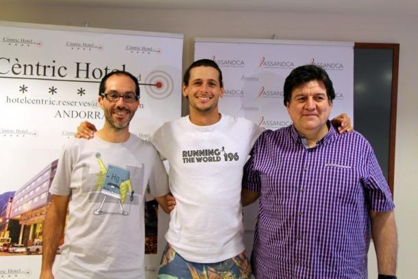 Els corredors Ángel Cortizo, Nick Butter i el president d'ASSANDCA Josep Saravia, en la roda de premsa de presentació del projecte Running the world 196.