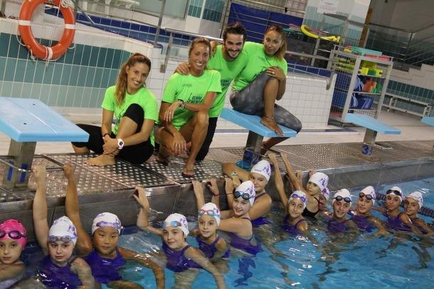 L'equip d'entrenadors que acompanya Gemma Mengual i les participants en el campus.