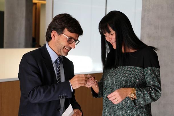 El ministre de Finances, Jordi Cinca, amb la subsíndica general, Mònica Bonell, en el moment de lliurament del pressupost de l'any passat.