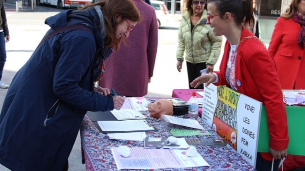Recollida de signatures per part d'Stop Violències per legalitzar l'avortament a Andorra.