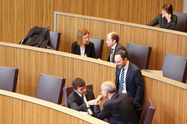 El ministre d'Afers Socials, Justícia i Interior, Xaver Espot, conversa amb el cap de Govern, Toni Martí, i el titular de Finances, Jordi Cinca, en una sessió de consell anterior.