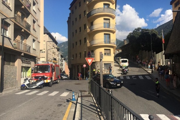 Els alumnes de les escoles de Ciutat de Valls surten de l'escola quan ha saltat l'alarma arran de l'avaria a la llum