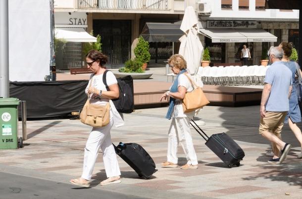 Dues turistes a la plaça Coprínceps d'Escaldes-Engordany.