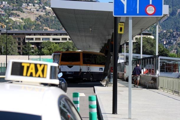 Taxis a la parada de l'estació d'autobusos.