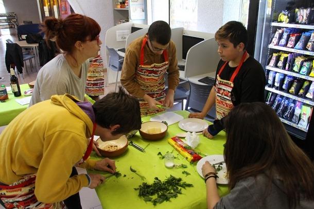 Un grup d'adolescents participa en una edició anterior de 'Cuina sense pares'.