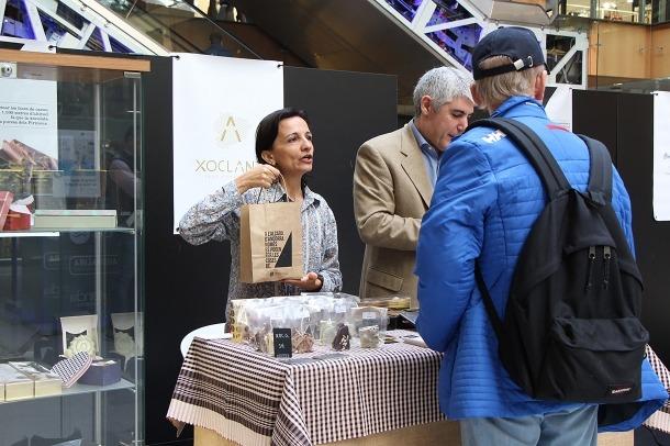 Un dels participants de la fira, en el moment de fer una venda.