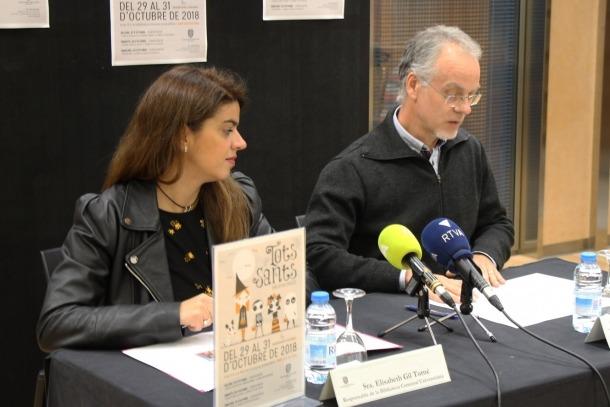 El conseller de Cultura del comú, Josep Roig, i la responsable de la Biblioteca comunal universitària, Elisabeth Gil, durant la presentació de les activitats de les bibliovacances de Tots Sants.