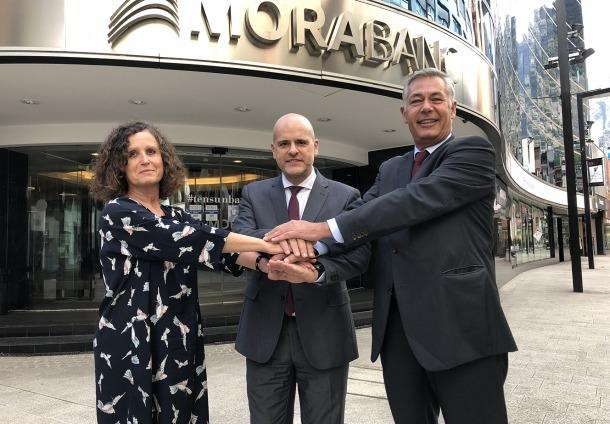 La directora de la Cambra, Pilar Escaler; el directot de Banca Digital de MoraBanc, Ignasi Martín, i el director general d'Iniced, Fernando Ramoneda.